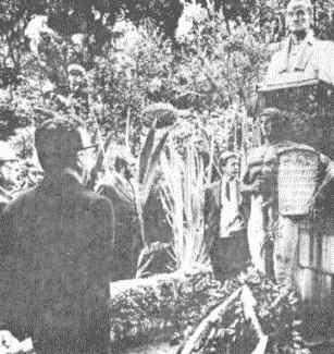 Allende y el Canciller Clodomiro Almeyda visitan el monumento al Libertador Simón Bolívar. Bogotá, Colombia, 1971